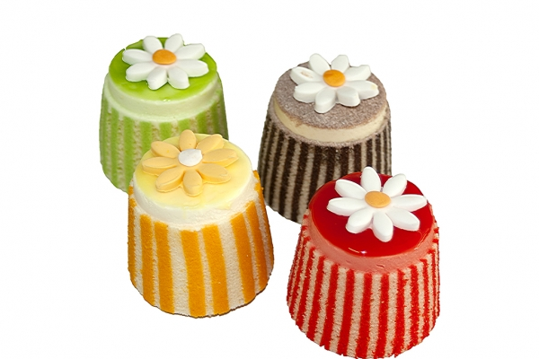 cocktail-gateaux-with-daisies66B0859B-1659-0A96-1AF7-24B8CE87641C.jpg